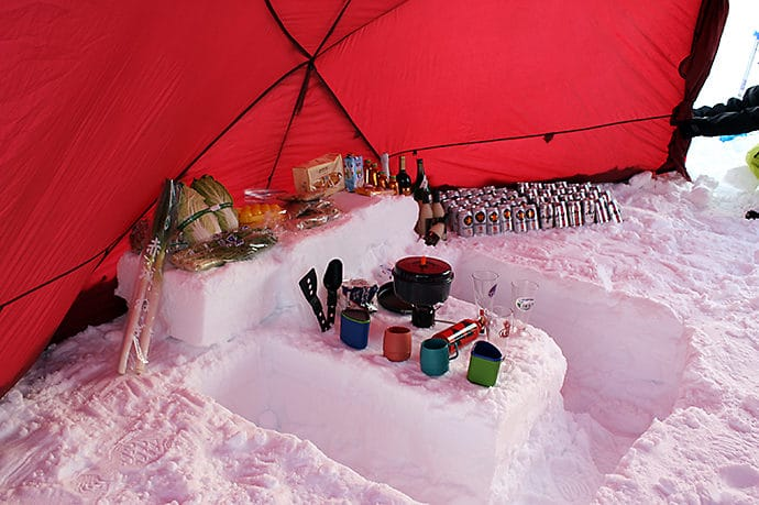 ショベルを使った雪中キャンプの移住空間