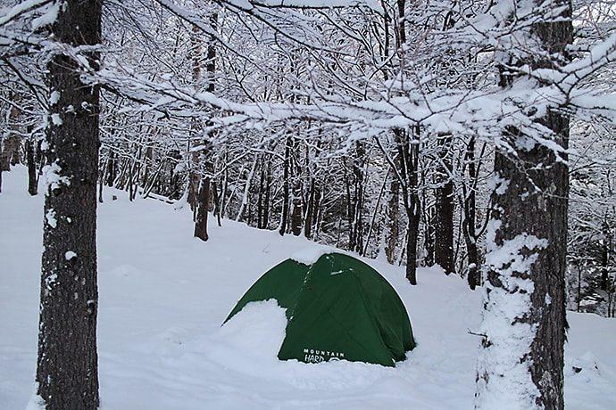 降り積もった雪が覆うテント