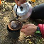 コーヒー豆をひき、ネルドリップ