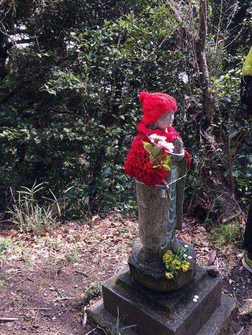 赤い帽子をかぶったお地蔵様