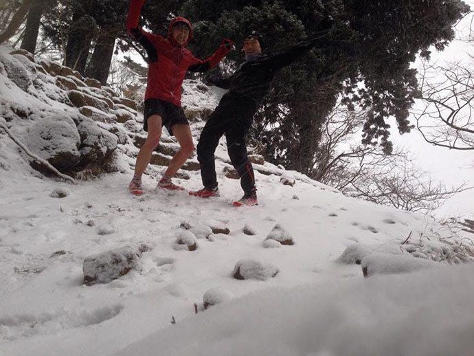雪の中でサロモン ハイブリットジャケット