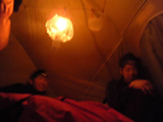 テントの中でロウソク