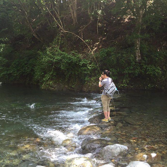 ポイントにフライを落とし、釣り上げる
