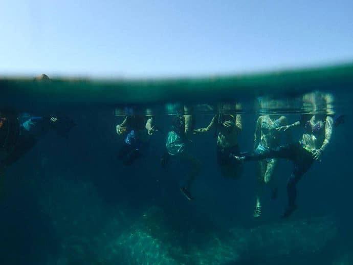 7人のビキニ侍とともに積丹岬