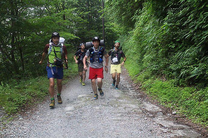 マウンテンカラ部、林道を走る