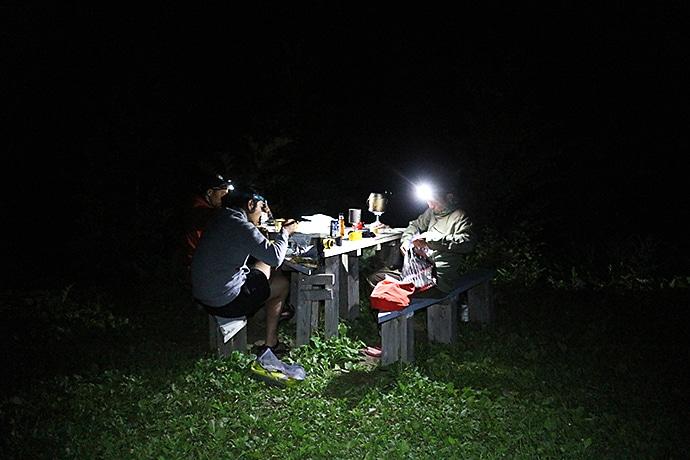 テント場での食事風景