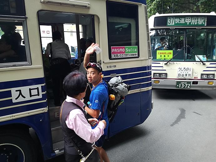 バスに乗り込むナミネムくん