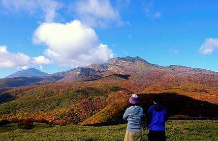 眼前には大きく聳え立つ赤薙山