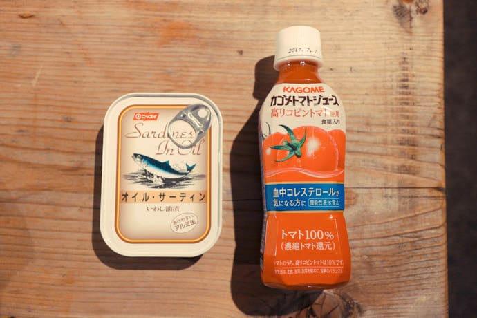 オイルサーディンとトマトジュース