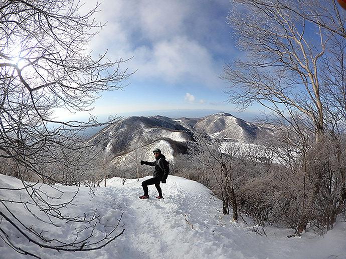 下山時は雪で足元が滑りやすい
