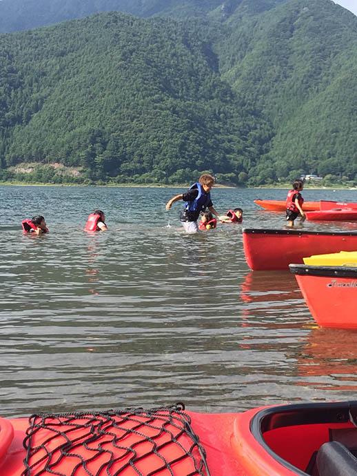 子供たちの最後の楽しみは湖でばしゃばしゃ。ママたちはあきらめ顔です。