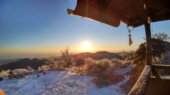 朝陽に煌めく霧氷