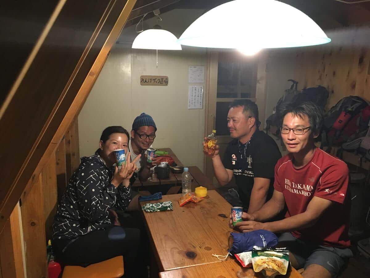 三俣山荘で登山仲間とワイワイ