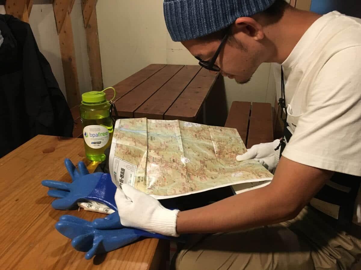 三俣山荘で地図を見る
