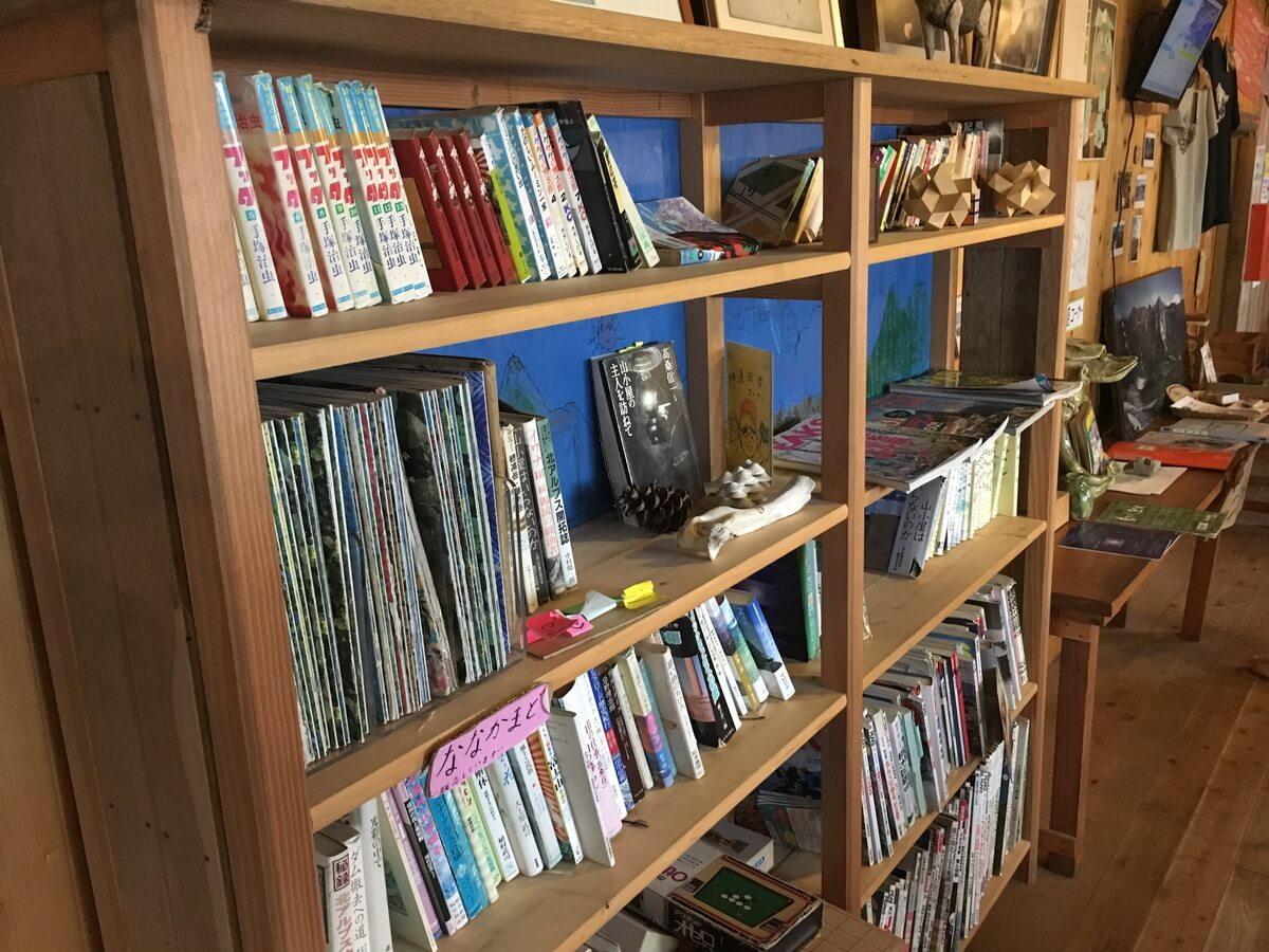 三俣山荘の本棚