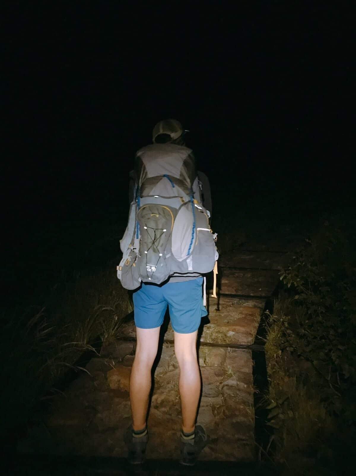 途中登山道に立ち止まって