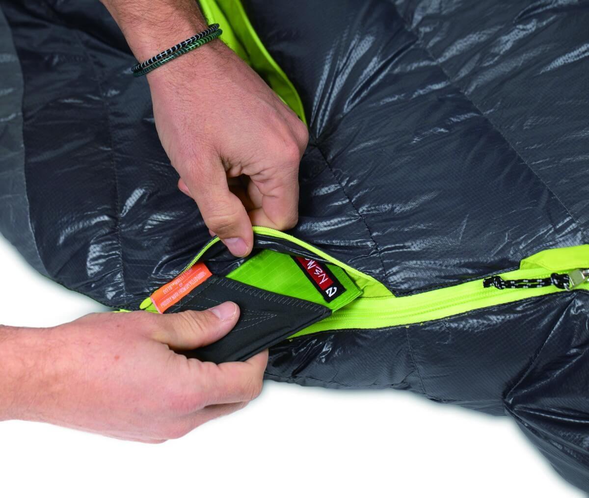 小物を収納するファスナー付きポケット