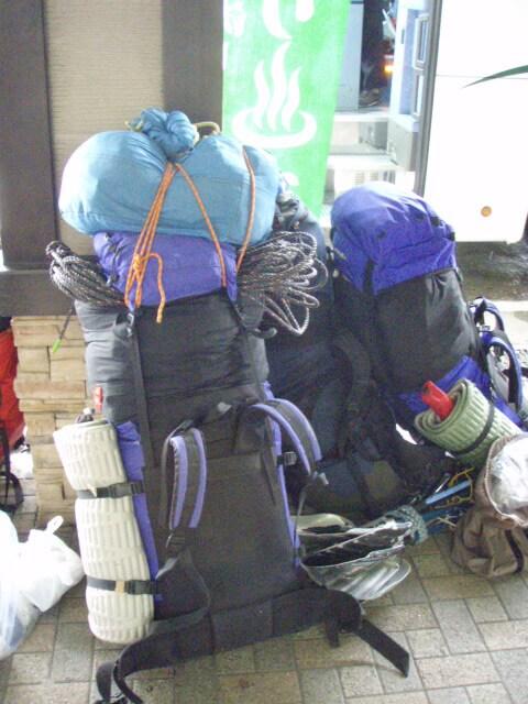 非常に重い荷物を背負っての登山