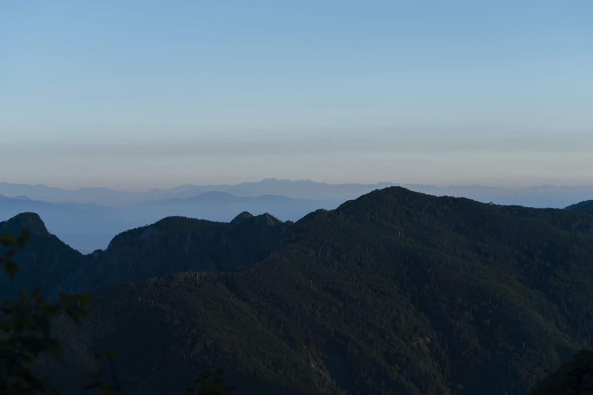 高山避難小屋からの登山道最初は樹林帯