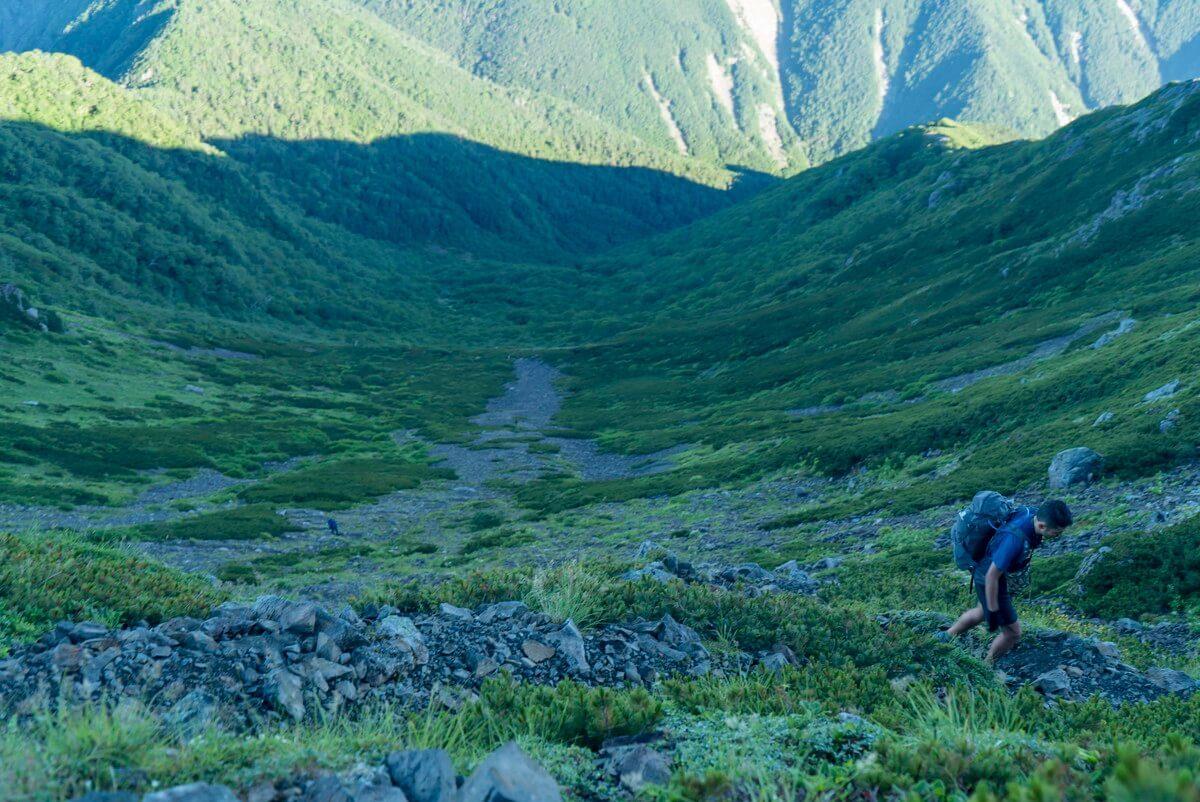 高山避難小屋と荒川前岳の中間あたりで標高差約600mのカールの大斜面