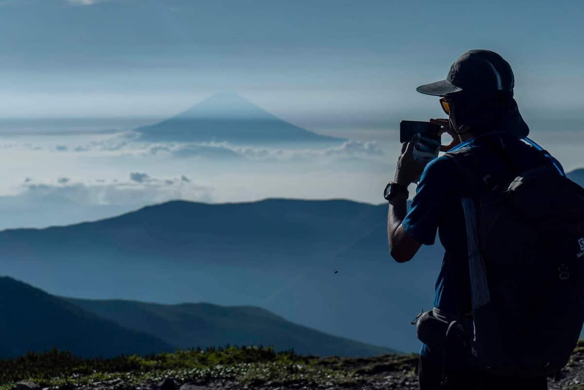 東側斜面からは美しい富士山が眺められる