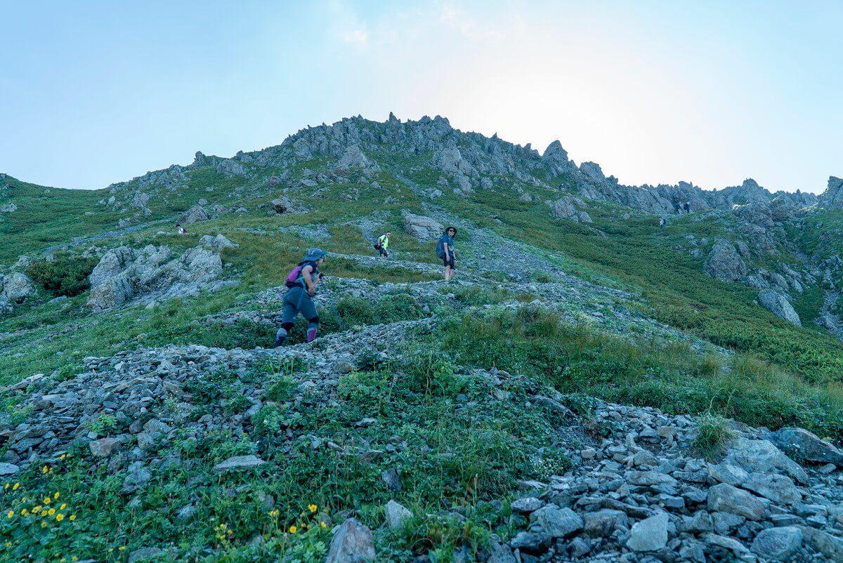 悪沢岳までの登りはガレたジグザグした斜面を登っていく