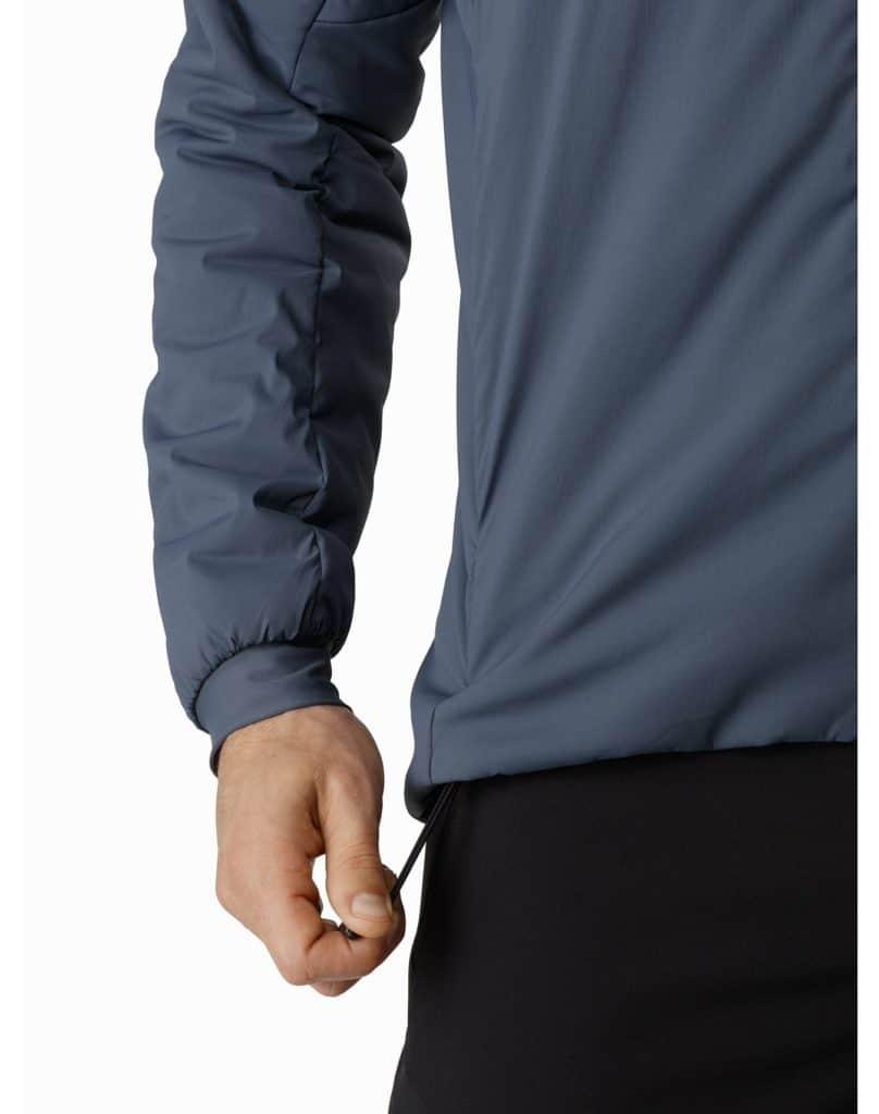アークテリクス PROTON LT HOODY 裾のずれを防止する調節可能なアジャスター付