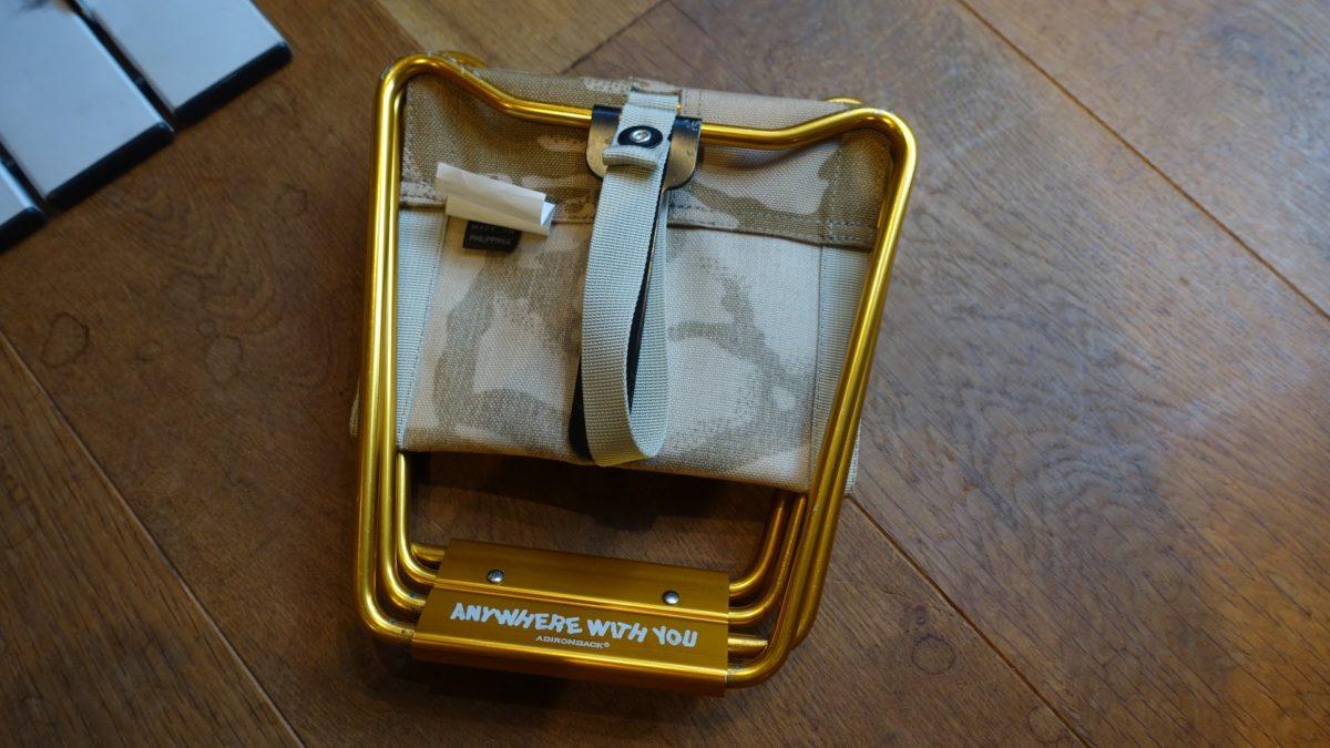 アディロンダック マイクロチェア ゴールドフレームの畳まれた状態