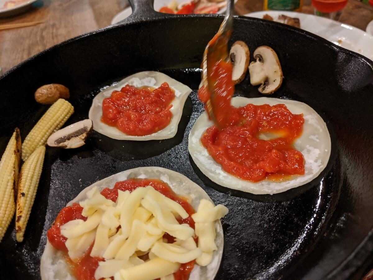 簡単山ごはんレシピ② 餃子の皮ピザ