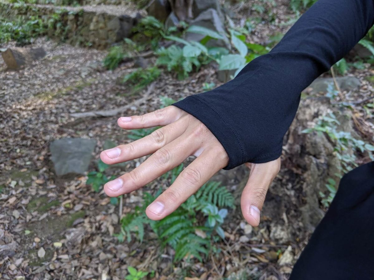 サムホール付きなので、冷たい風による手首周りの冷え対策も万全