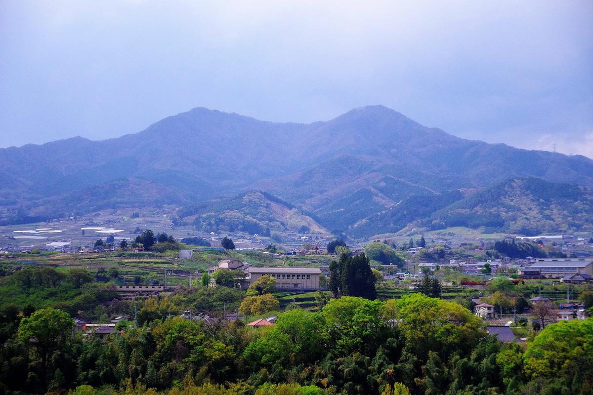 麓の塩山あたりから眺める小楢山