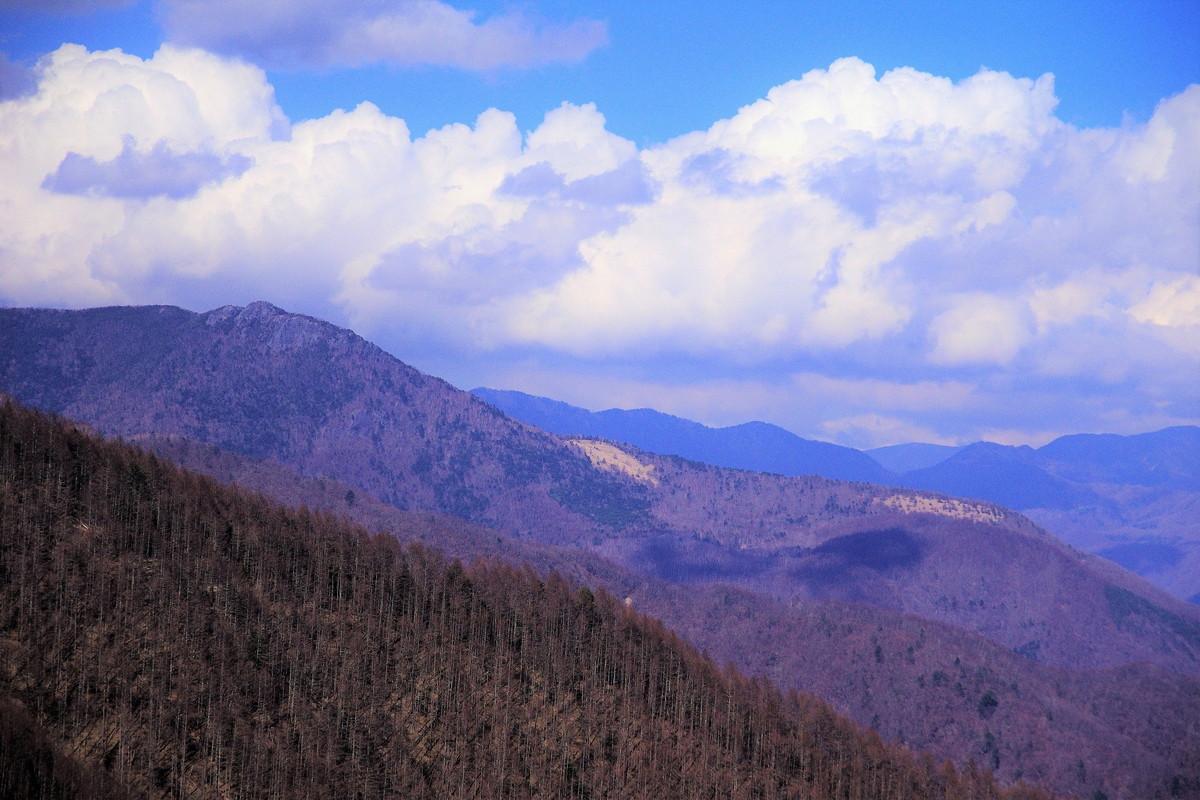 幕岩まで来てようやく見えるのが、かの乾徳山