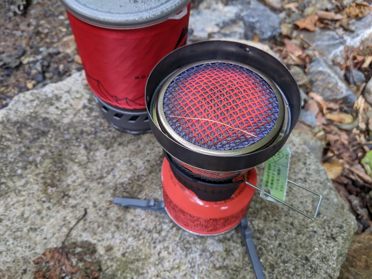 ガスカートリッジに取り付けられている火力調整用のつまみを回してガスを出しライターで点火する