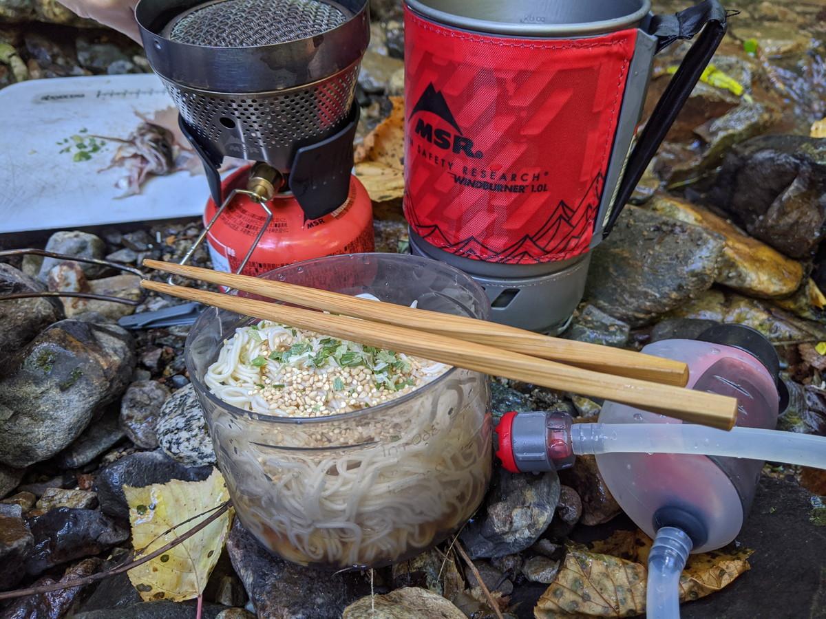 ボウルに素麺を入れてつゆをたっぷり入れて食べる。ボウルに高さがあるのでこぼす心配も少ない。このボウルにクッカーのフタが装着できるのもナイスギミックだ