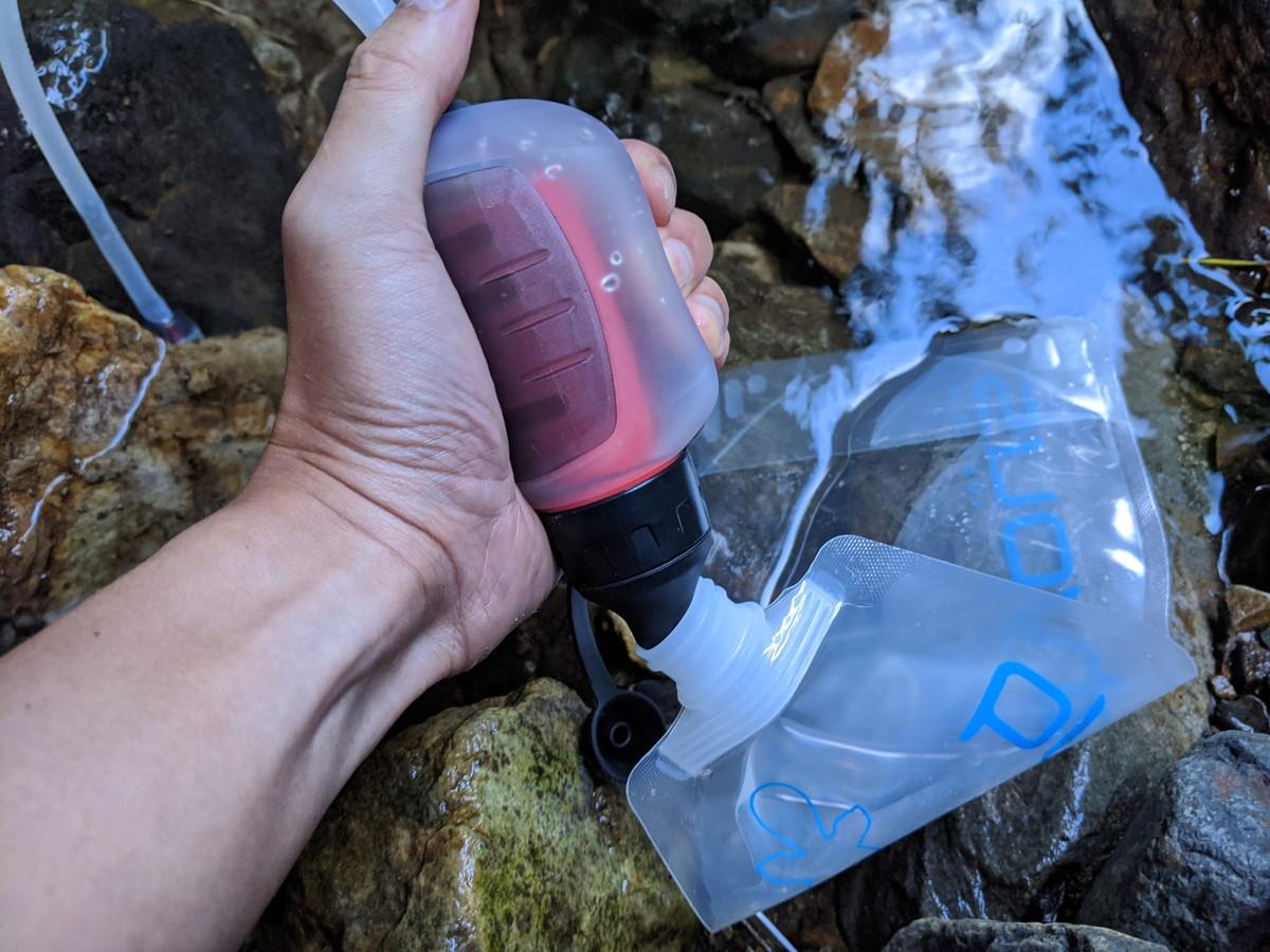 野営場所は源流域だったために、綺麗な水が流れているものの、大腸菌などによる汚染も怖いので、流れている水をMSRトレイルショットマイクロフィルターで浄水してプラティパスのソフトボトル1リットルに移す