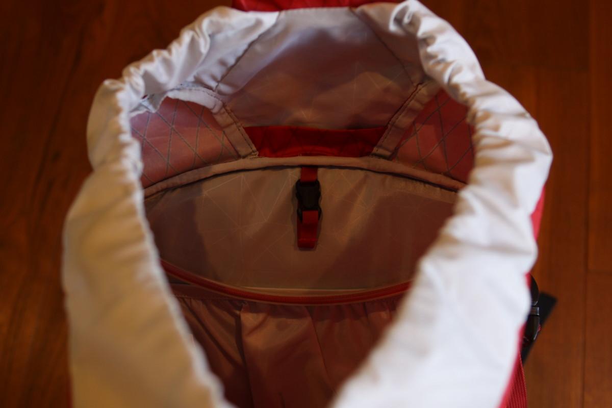 本体内側にはハイドレーションポケットとギアループが付いて