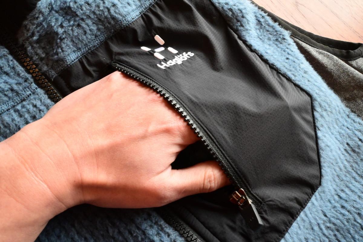 胸の部分にはナイロン素材のポケット