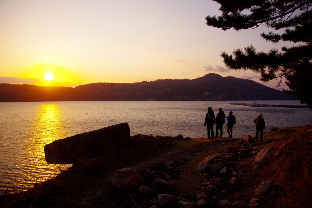 西日が島を黄金色に照らす11月