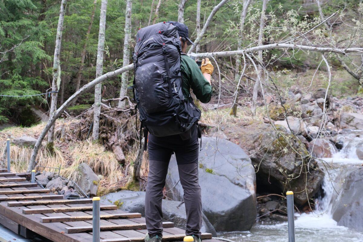 モンベル トレッキングパック 55 背負いやすく歩きやすい