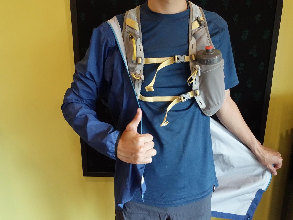 ザックを背負った状態でレインジャケットの着脱が可能 パタゴニア ストーム・レーサー・ジャケット