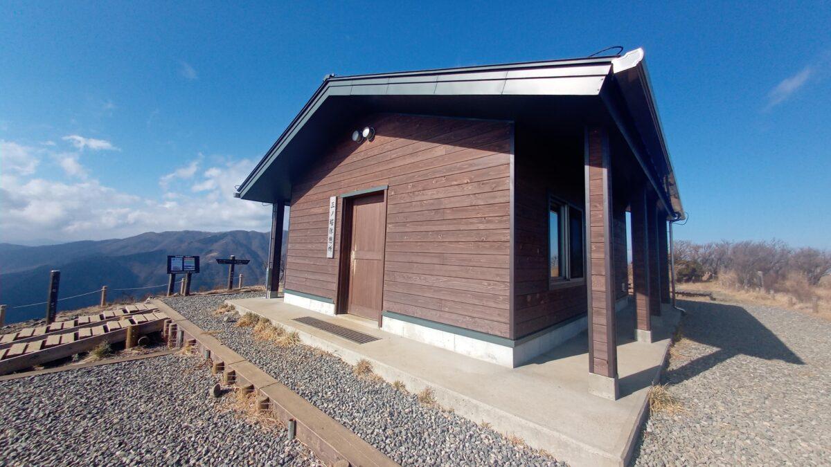 丹沢 三ノ塔 山頂 避難小屋